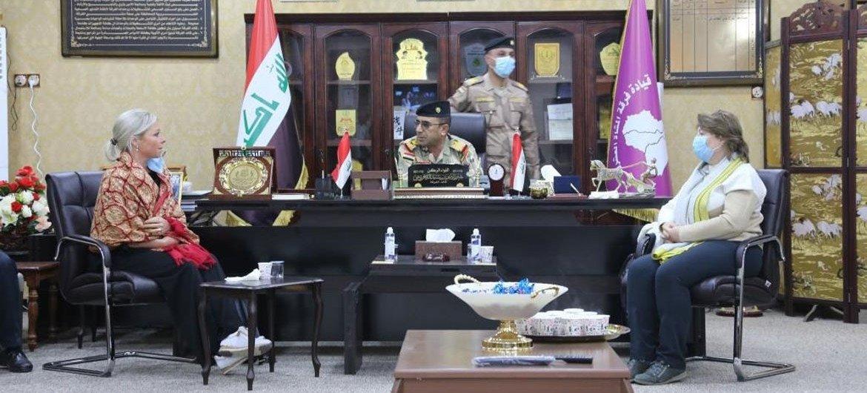 इराक़ में संयुक्त राष्ट्र महासचिव की विशेष प्रतिनिधि जैनीन हैनिस-प्लासशर्ट  सिन्जार सुरक्षा बलों के अधिकारियों से मिलते हुए, (जनवरी 2021)
