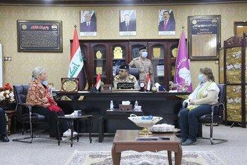 Representante especial Jeanine Hennis-Plasschaert se encontrando com forças de segurança de Sinjar em janeiro de 2021