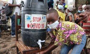 刚果民主共和国南基伍省的一处难民营内,一名来自布隆迪的少年难民正在洗手。
