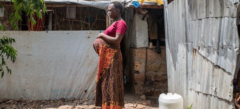 Refugiada de 23 anos, do Burundi, em sua nova casa no Quênia