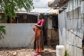 Une réfugiée burundaise enceinte devant son domicile dans le village de Kalobeyei au Kenya.