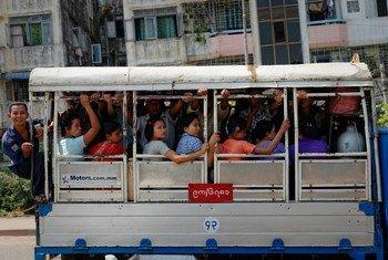 缅甸仰光街头的巴士。(2013年5月图片)