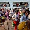 Des gens débarquent d'un ferry sur la rivière Yangon au Myanmar (photo d'archives).