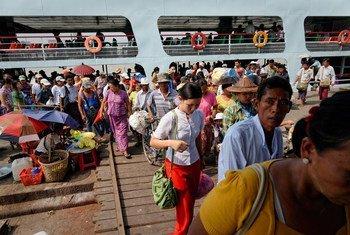 缅甸仰光,乘客走下渡轮。(2013年5月)
