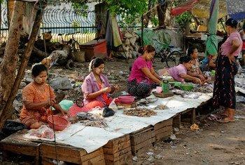 Mercados como este em Mianmar fecharam devido à pandemia, afetando renda de mulheres que trabalham nelas