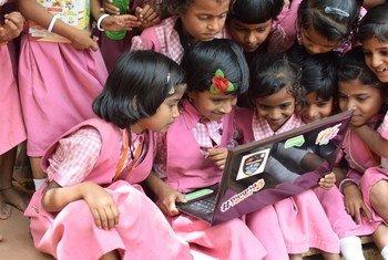 Des filles étudient grâce aux technologies.
