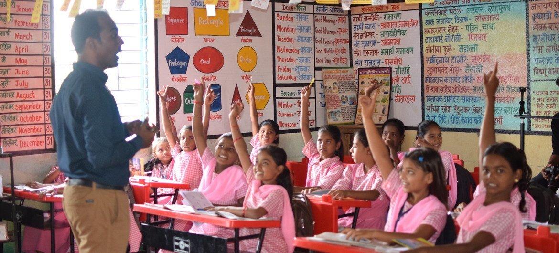 Ranjitsinh Disale utilise des méthodes innovantes pour s'assurer que ses élèves, notamment les filles, continuent à étudier.