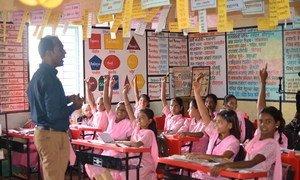 O professor Ranjitsinh Disale usa intervenções inovadoras para garantir que alunos, especialmente meninas, continuem seus estudos.