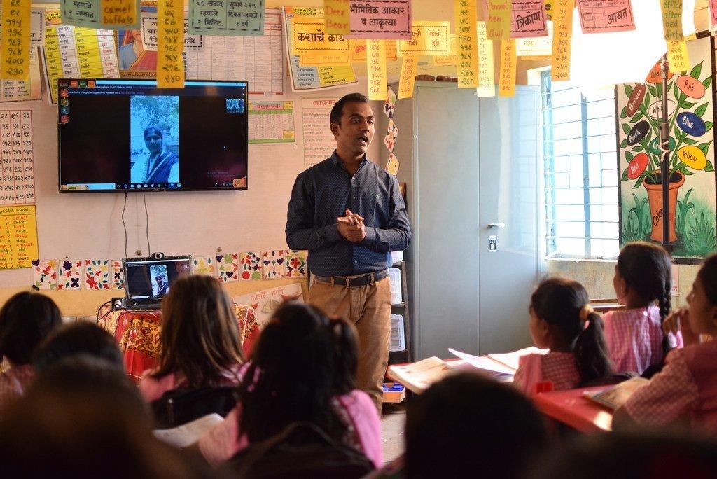 Ranjitsinh Disale, qui a reçu le Prix mondial de l'enseignant, utilise les technologies pour aider ses élèves à étudier.
