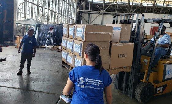 Equipamiento médico de la Organización Panamericana de la Salud sale desde unos almacenes del Programa Mundial de Alimentos en Panamá a países de la región