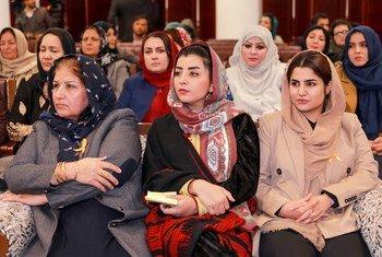 Члены парламента Афганистана на встрече, посвященной вопросу участия женщин в политике.