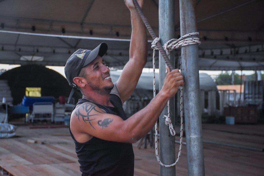 Diego, refugiado venezolano, ayuda a construir un centro médico en Boa Vista, Brasil, para tratar el coronavirus