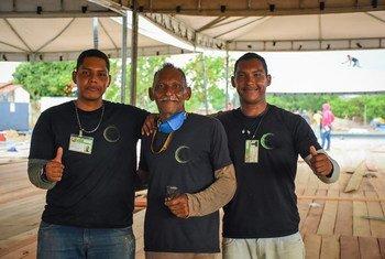 Refugiados venezuelanos ajudaram a construir um centro de saúde no estado de Roraima, Brasil, que trata pacientes com Covid-19