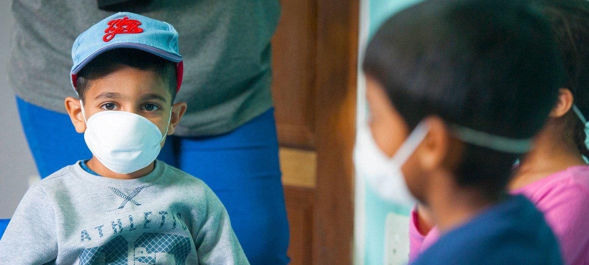 Criança usa máscara em Joanesburgo, na África do Sul.