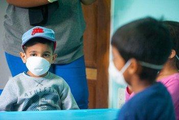 Niños con máscaras protectoras en una guardería de Johannesburgo, Sudáfrica, durante el brote de COVID-19.