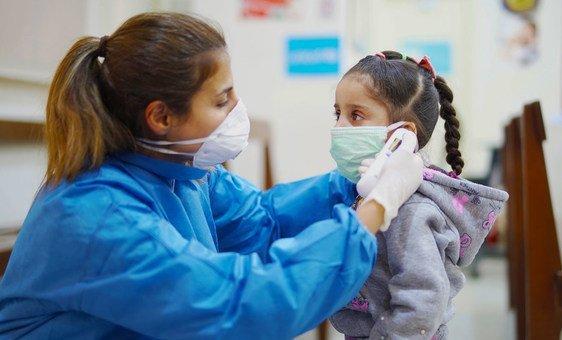 Enfermeira mede temperatura de menina em Hospital de Beirut, no Líbano