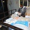 Des familles de Gaza reçoivent des paniers de denrées alimentaires grâce à un programme de l'UNRWA (photo d'archives).