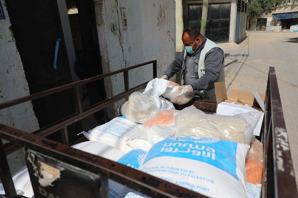 Familia zikipokea vifurushi vya chakula Gaza kupitia UNRWA.
