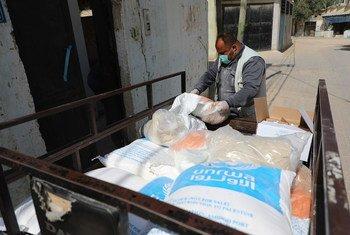 تسلمت عائلات في غزة سلالا غذائية من خلال برنامج الوكالة للتوزيع المنزلي.