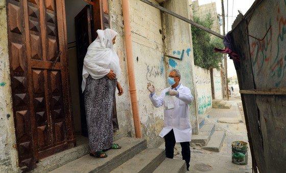 Funcionários da saúde em Gaza entregam medicamentos nas casas de idosos palestinos refugiados.