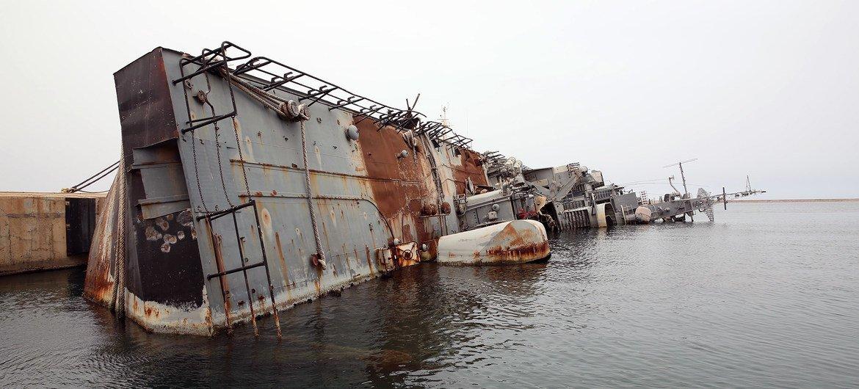 Un navire de guerre détruit à la base navale de Tripoli, en Libye. De nombreux mercenaires ont participé au conflit en Libye.