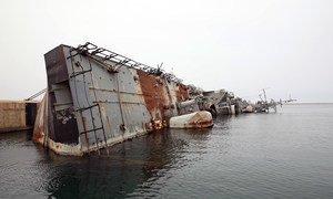 Un navire de guerre détruit à la base navale de Tripoli, en Libye.