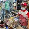 फ़िलिपीन्स के मुनतिनलुपा शहर की एक दुकान में ऐहतियाती उपायों के मद्देनज़र शारीरिक दूरी बरतने, मास्क पहनने और बचाव के लिये प्लास्टिक शीट लगाने का इस्तेमाल किया जा रहा है.