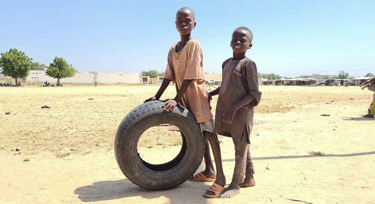 尼日利亚东北部迈杜古里,国内流离失所的儿童在穆罕默德·戈尼国际体育场营地玩耍