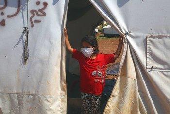 Une jeune fille dans une tente d'un camp de Syriens déplacés dans le nord d'Idlib, en Syrie.