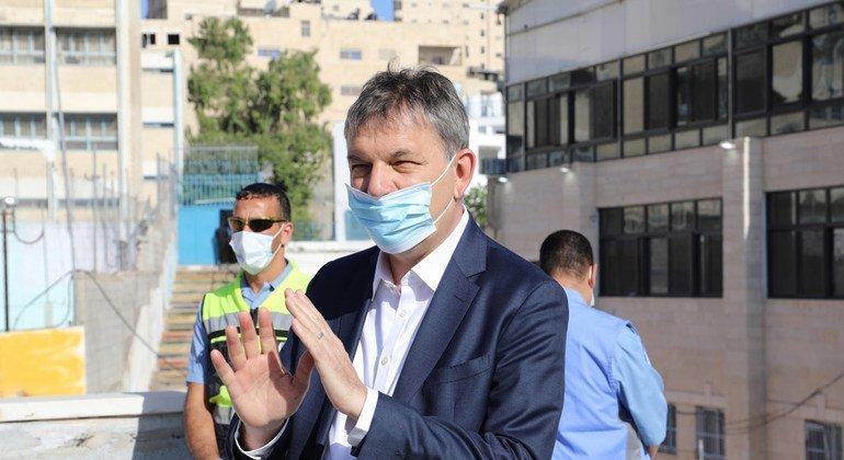فيليب لازاريني، المفوض العام للأونروا،  خلال زيارته إلى مخيم شعفاط للاجئين، وهو يناقش التحديات التي تواجه المخيم. (2020)