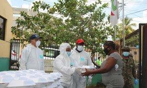 Una mujer en la Republica Dominicana recibe ayuda alimentaria en medio de la pandemia del COVID-19.