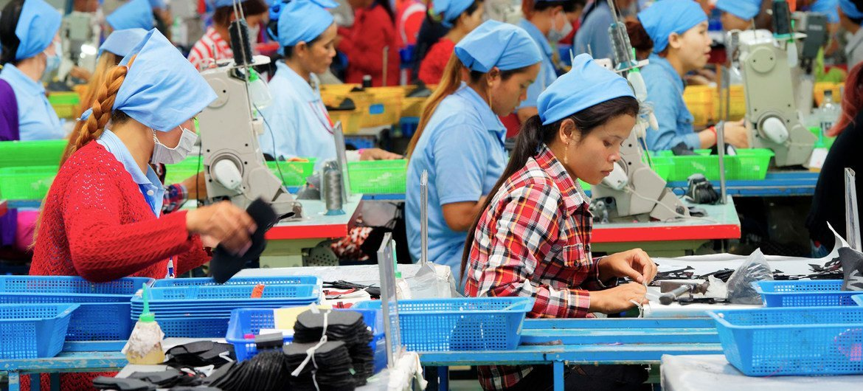Trabalhadoras em fábrica de sapatos.