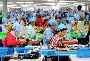 Trabalhadoras em fábrica de sapatos no Cambodja. As perdas em receitas laborais no ano passado foram de US$ 3,7 trilhões