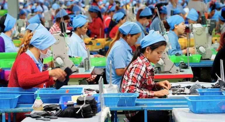 柬埔寨一家鞋厂的制鞋工人。
