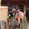 加纳北部城市塔马利,一名妇女正在使用一家社区诊所内的洗手设施。