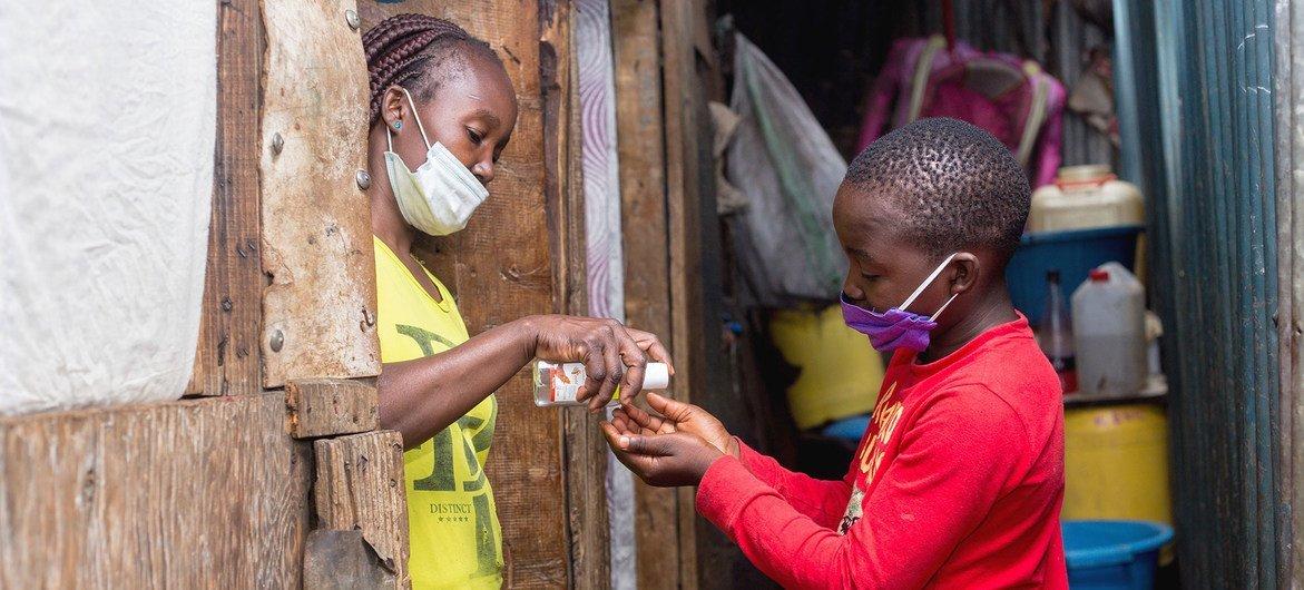 Meninos lavam as mãos para evitar transmissão de Covid-19 no Quênia
