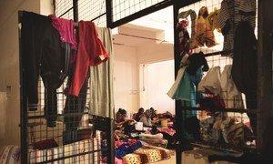 Mulheres e crianças em centro de detenção para migrantes em Tripoli, na Líbia