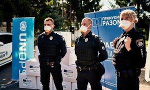 В рамках совместного проекта ООН и ЕС полицейским Украины были предоставлены средства защиты от коронавируса, в том числе респираторные маски