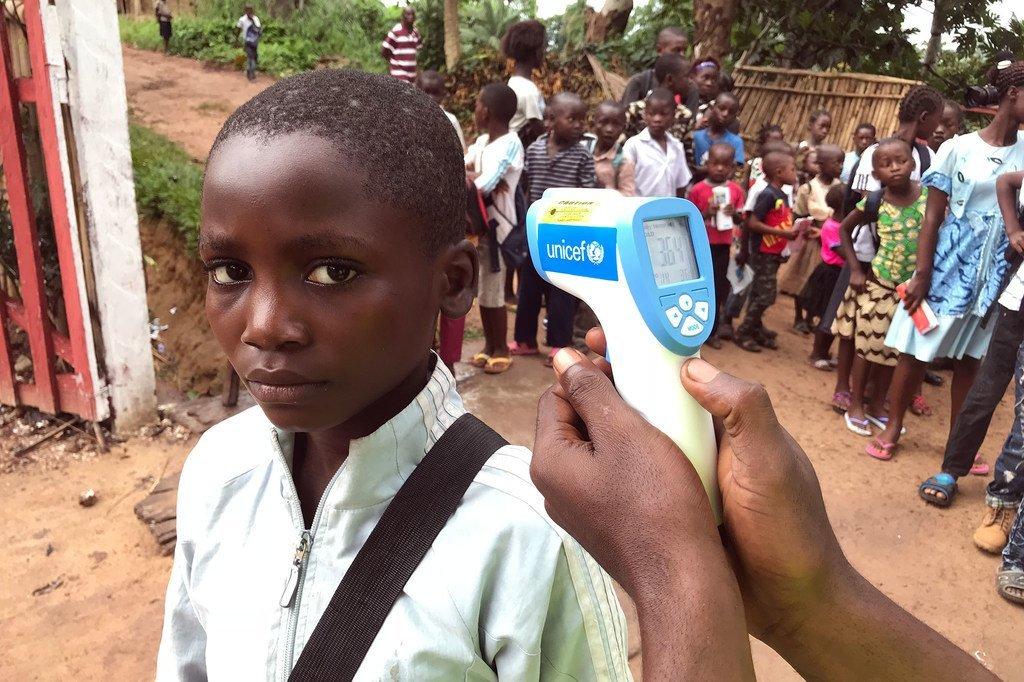 En République démocratique du Congo, contrôle de la température pour des élèves d'une école primaire à Mbandaka, dans la province de l'Equateur, qui affectée par une épidémie d'Ebola.