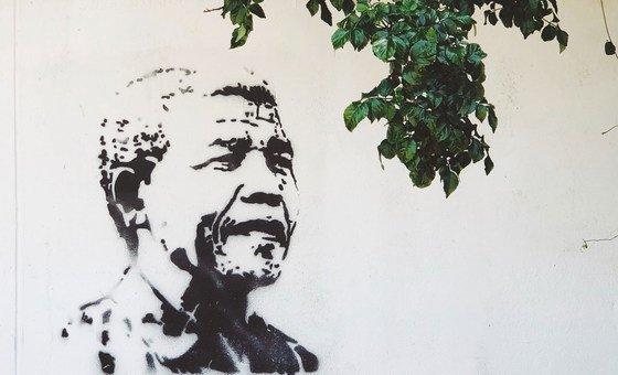 Мандела возглавил борьбу против расистской системы апартеида в своей родной Южной Африке и продолжал бороться с несправедливостью на протяжении всей своей жизни.