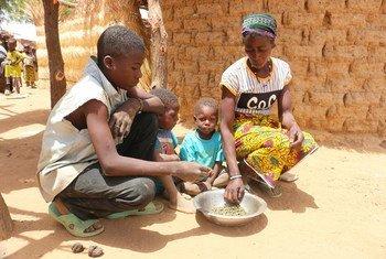 Wanafamilia nchini Burkina Faso wakila mlo wao pekee wa siku (Aprili 2018)