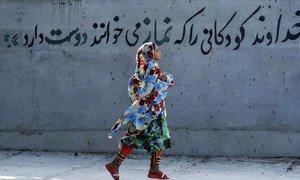 Девочки в Иране должны носить хиджаб с семи лет. На фото девочка в Иране на фоне стены с надписью на фарси: «Бог любит детей, которые совершают намаз (молитву)». Фото из архива.