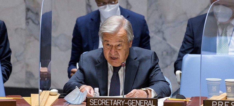 El Secretario General de las Naciones Unidas, António Guterres, informa al Consejo de Seguridad  de la ONU durante una reunión de emergencia  sobre la situación en Afganistán.