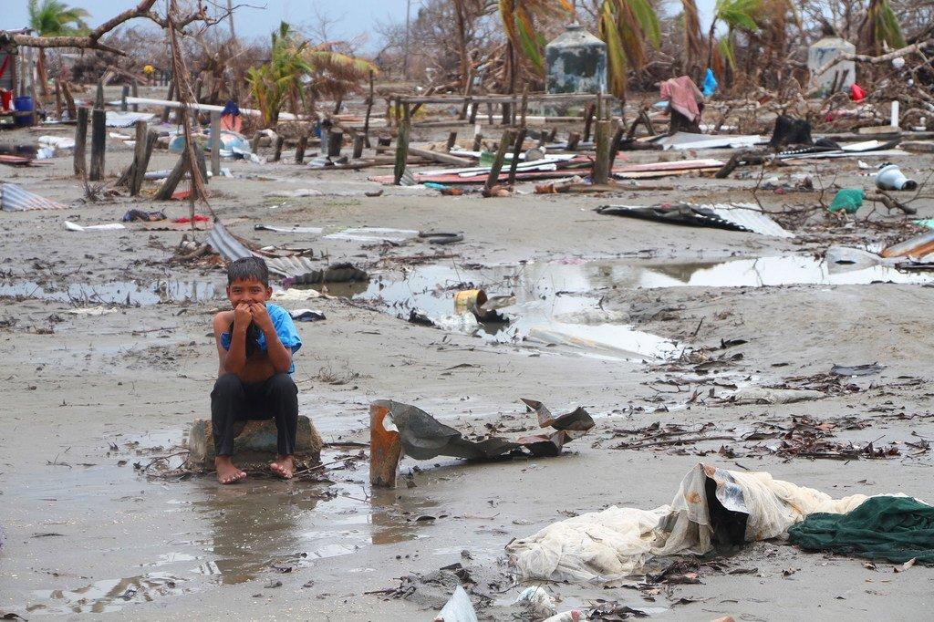 Kevin, 7 ans, est retourné avec sa mère dans sa communauté à Wawa Bar pour ne trouver que les décombres de son ancienne maison. Les 475 familles de la communauté se sont retrouvées sans abri et sans moyens de subsistance après le passage de l'ouragan Iota