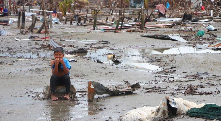 Kevin, de 7 años, regresó con su madre a su comunidad en Wawa Bar y sólo encontró los escombros de lo que fue su hogar. Las 475 familias que habitaban la comunidad se quedaron sin hogar y sin sustento tras el paso del huracán Iota en 2020.