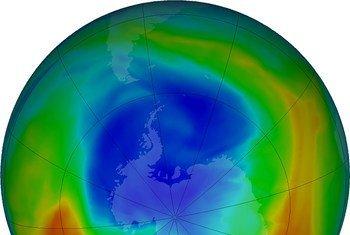 Une visualisation en septembre 2019 de la couche d'ozone au-dessus du pôle Antarctique. Les couleurs pourpres et bleues indiquent les zones les plus appauvries en ozone.