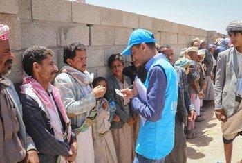 موظفو المفوضية يوزعون المساعدات الإنسانية، بما في ذلك الفرش والدلاء، في موقع للمشردين داخلياً في صعدة، اليمن. (16 نيسان/أبريل 2019)