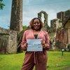 一位来自加勒比海圣基茨和尼维斯的妇女完成了一项关于她对未来的希望和恐惧的联合国调查。