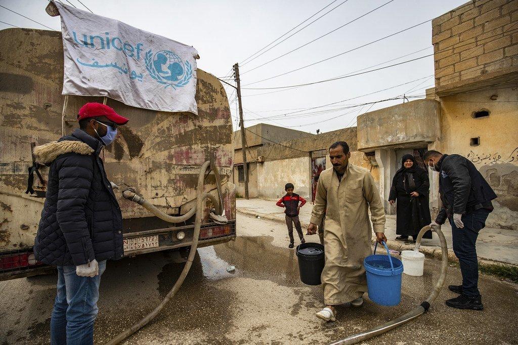 在新冠大流行期间,联合国儿童基金会继续向叙利亚受冲突影响的地区送水进行援助。