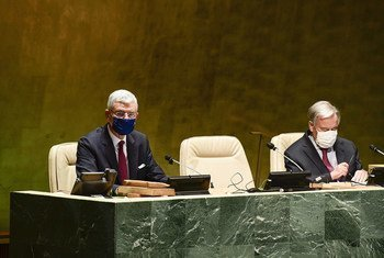 El presidente de la Asamblea General Volkan Bozkir (izquierda) y el Secretario General, António Guterres, durante un plenario de la Asamblea general